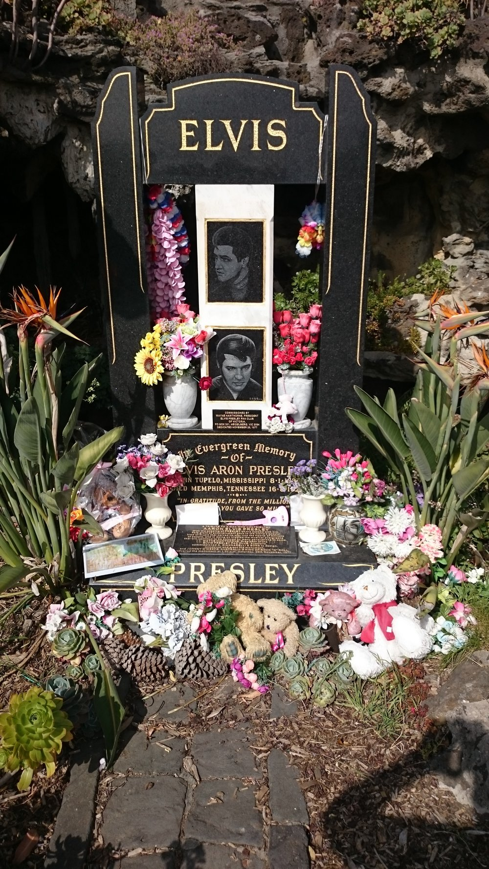 The memorial in the Melbourne General Cemetery.