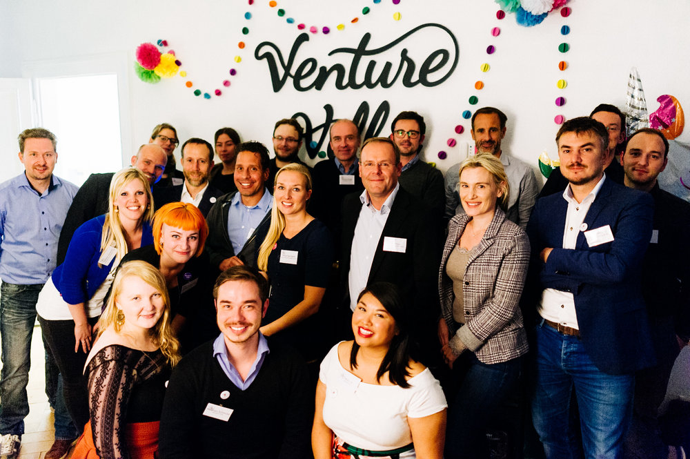Team Foto am DemoDay mit dem VentureVilla Team, Mentoren & Startup Teams