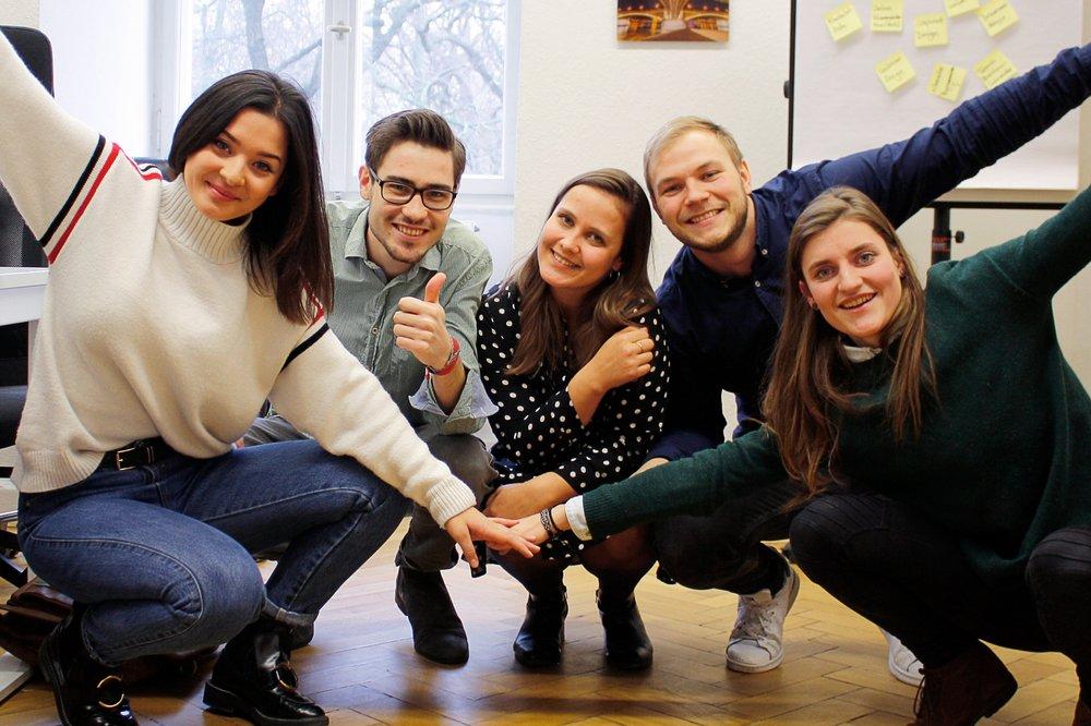 Lena, Robin, Julia, Sebastian und Irina von Stand B(u)y Fly