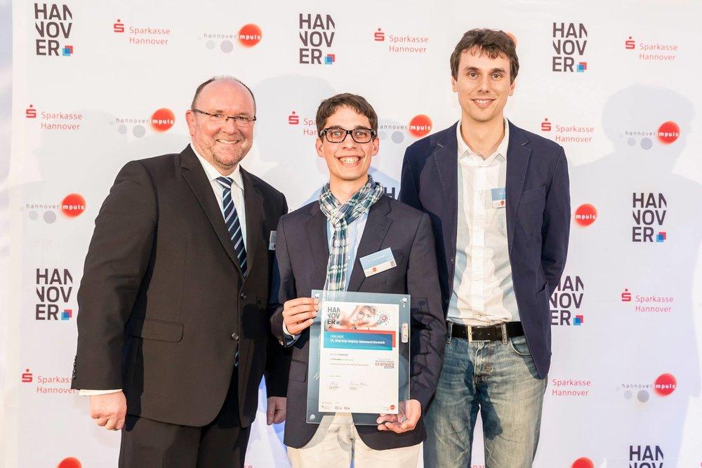So sehen Sieger aus: hannoverimpuls Geschäftsführer Adolf M. Kopp, Julian Hensolt, Djamal Oucherif (v.l.n.r.)