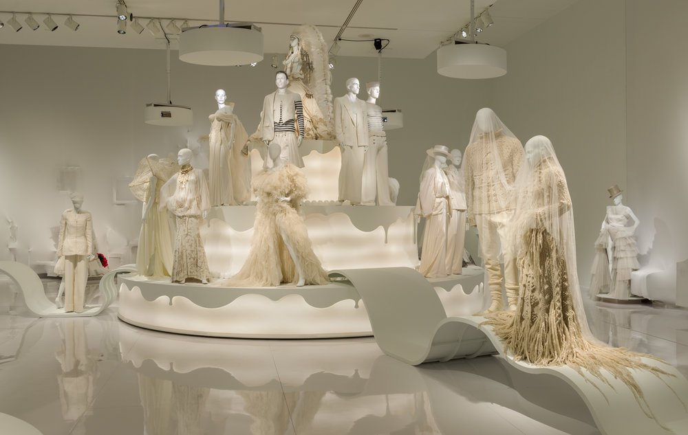 Vue de l'exposition  Love Is Love : le mariage pour tous à la Jean Paul Gaultier , Musée des beaux-arts de Montréal, 2017.   Photo Denis Farley