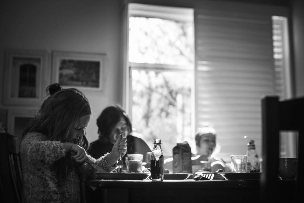 Lifestyle photography in Sydney. Family eating breakfast at kitchen table by Sydney photographer, Cindy Cavanagh