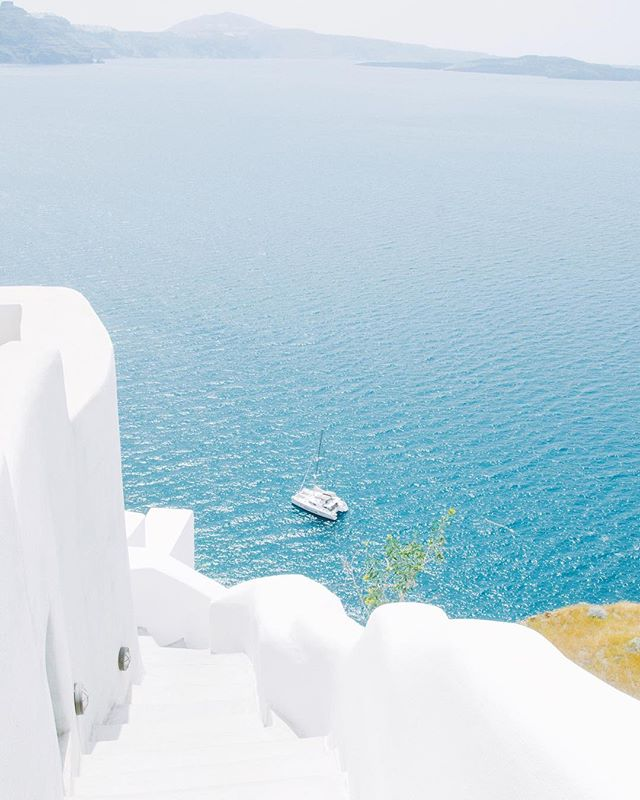 I spent a solid 10 hours this weekend organizing and backing up old photos and only made it through 4 months worth 😫 On the bright side though, I found this gem from our Greece trip last year of the walk to our catamaran that took us to the islands for the day. Hands down one of the top 5 days in my memory reel.
