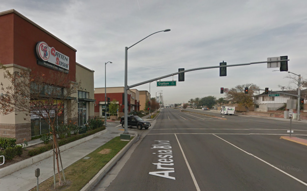Artesia Blvdの通りから Dalton Aveの信号交差点へ着きます。
