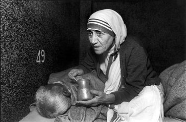Mother Teresa with the sick.