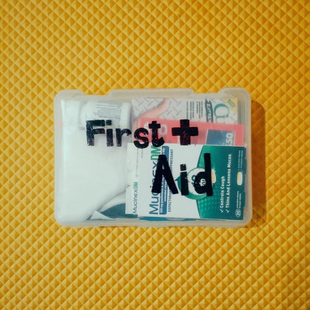 나에게 전달된 first aid 물품박스. A first aid care package gifted to me.