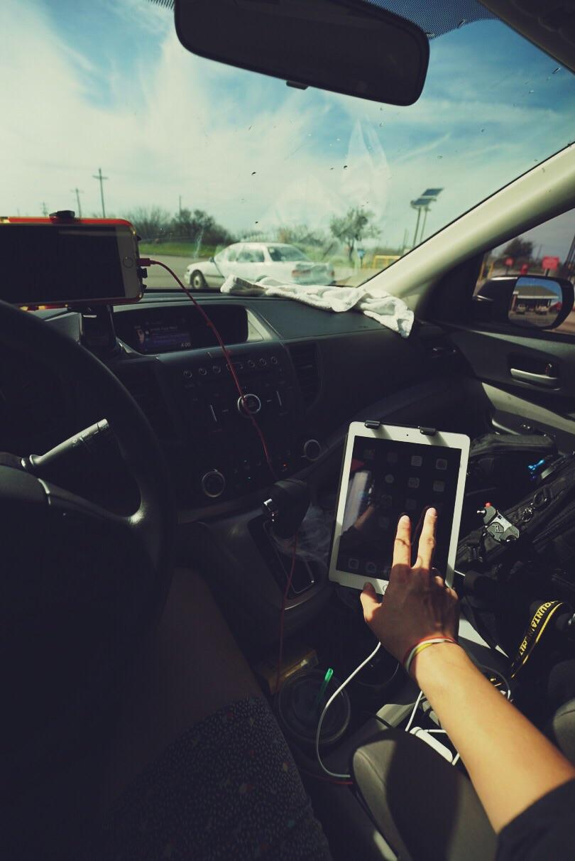 나의 운전대 셋업. 아이폰으로는 네비게이션 아이패드로는 전체 지도를 보며 운전을 한다. My driving set-up. I use my iPhone as a gps and my iPad as a general map.