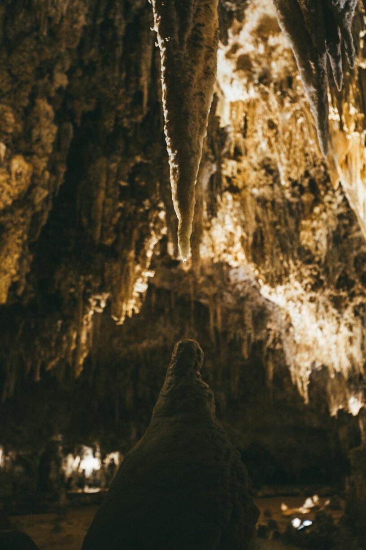 몇백만년 전부터 지금까지 만들어진 동굴의 모습. Deposits that took hundreds of millions of years to form.