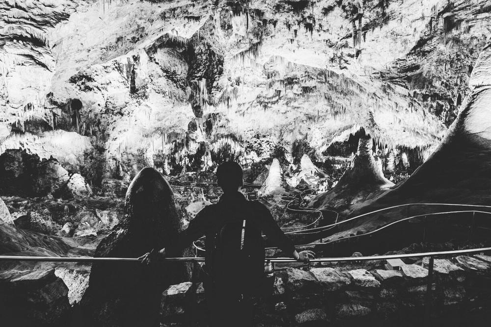 더 아래로 깊이 들어갈수록 아름다운 모습과 동시에 지옥같은 무서움도 느껴지는 동굴. The deeper I went into the cave, the more awed and afraid I felt.