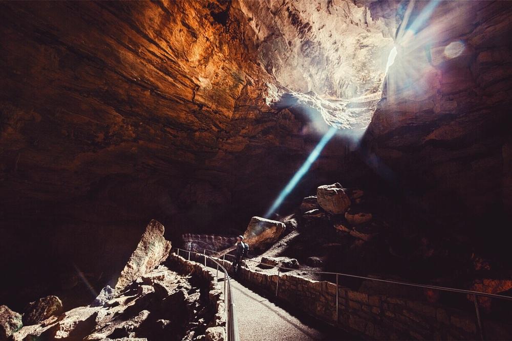 동굴 탐험을 마치고 나가는 길. Leaving the cave after the tour.