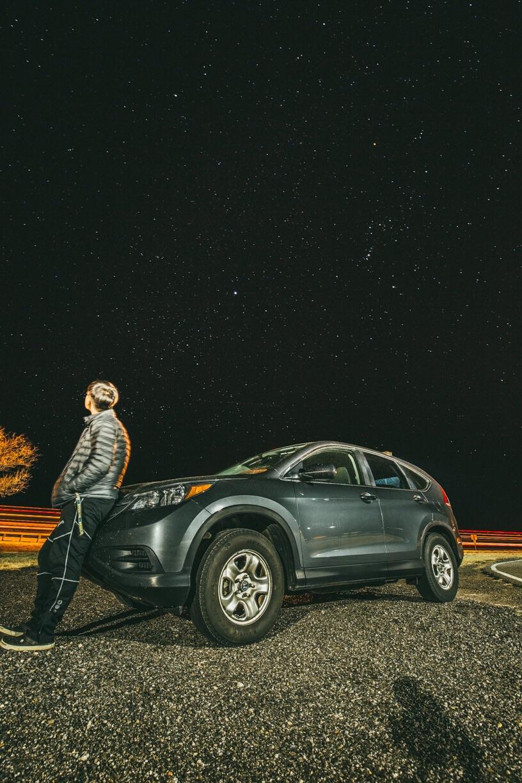 6시간의 운전에서 밤하늘의 별이 아름다워 갑자기 차를 세우고 별 구경했다. While driving for 6 hours, I stopped the car to stargaze because the night sky was amazing.