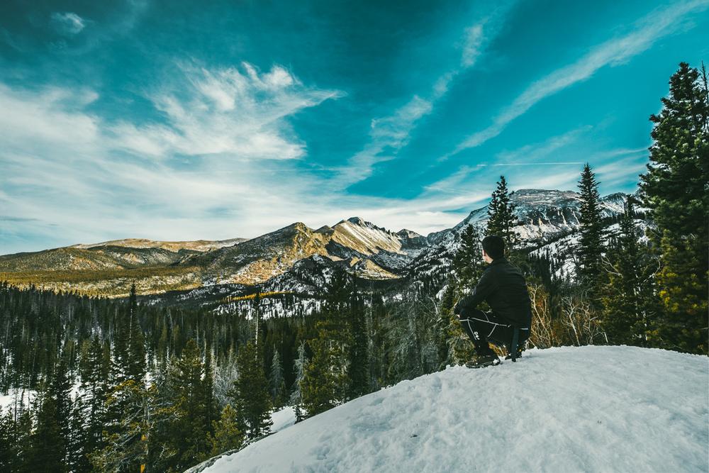 산맥의 모습을 바라보며 20분정도 이곳에 혼자 있었다. I sat there gazing at the mountains for about 20 minutes.