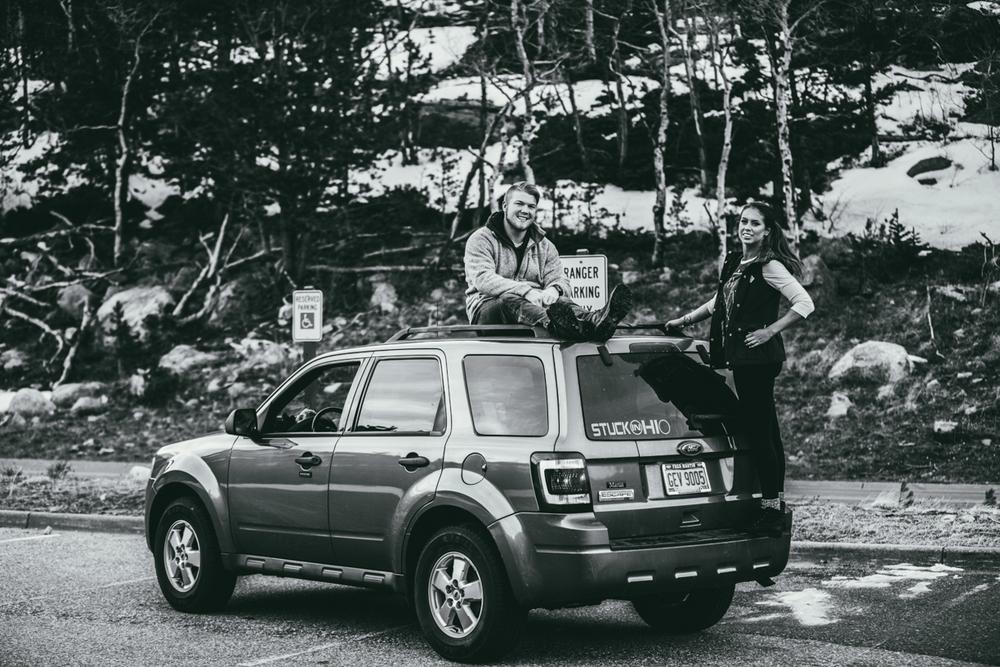 우연히 만나게된 차위에서 산맥의 풍경을 바라보던 커플. I coincidentally ran into a couple that was mountain gazing on top of their car.