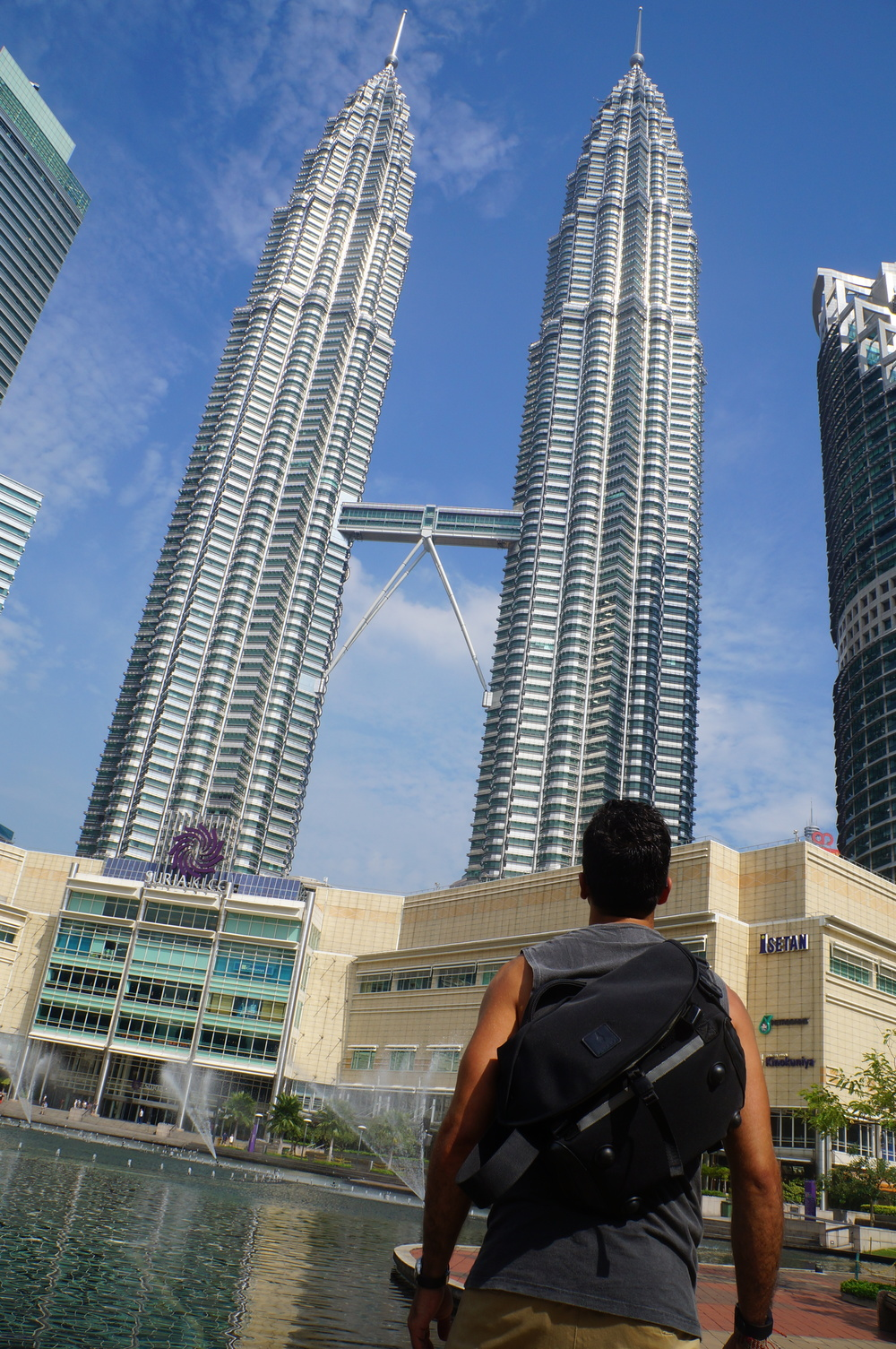 Ramiro in Kuala Lumpur looking at the Petronas Twin Towers with the ALPAKA bag.