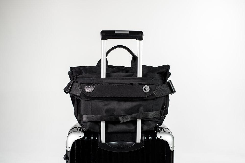 7ven Messenger Luggage Handle Passthrough.jpg