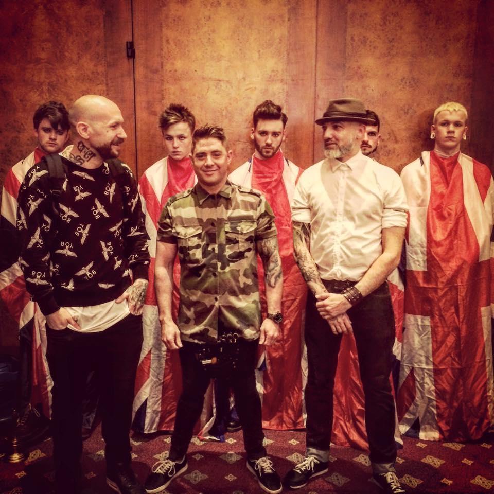 B.O.M.B. Squad,'Barbers of Modern Britain' zijn het eerste creatieve barber team in Engeland. B.O.M.B. Squad bestaat uit drie zeer getalenteerde barbers:· Alan Findlay van 'Rebel Rebel'(Scotland)· James Beattie van 'Beattie's Barbers' (Wales)· Martin Fox van 'Scarlet Moon' (England).Hun streven is de verdere ontwikkeling van het herenvak door het delen van nieuwe vaardigheden en technieken in combinatie met hun passie en liefde voor 'underground barbering'. Samen verleggen zij grenzen om nieuwe trends te creëren ter inspiratie van een nieuwe generatie moderne barbers. -