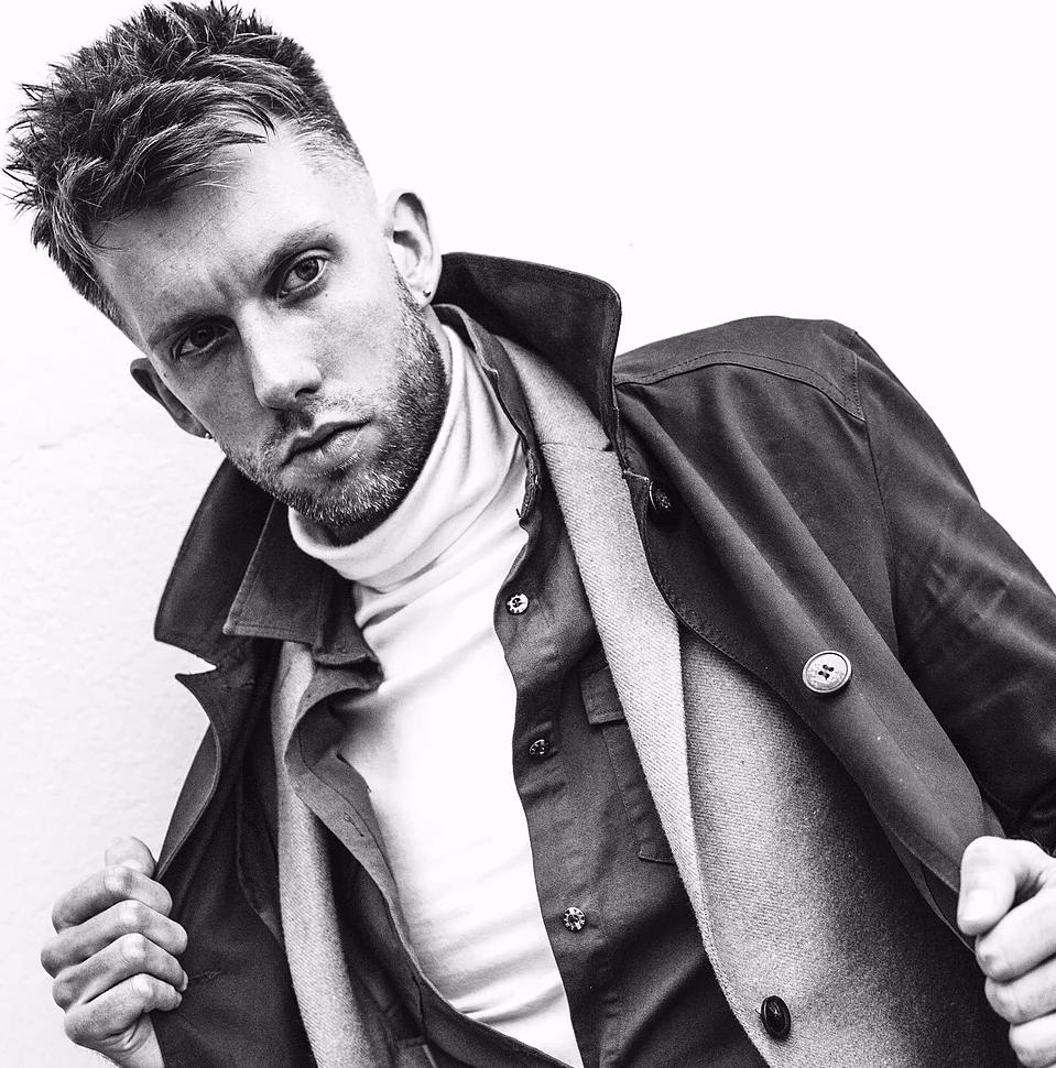 Sam Wall heeft in Engeland bekendheid gekregen door het winnen van vele 'male grooming awards'. Hij kenmerkt zich door een onderscheidende stijl. Naast zijn backstage werk voor London Fashion Week en London Fashion Week Mens, verschijnen zijn creaties in nationale en internationale tijdschriften. Hij heeft zelfs een eigen column in een mode tijdschrift. -