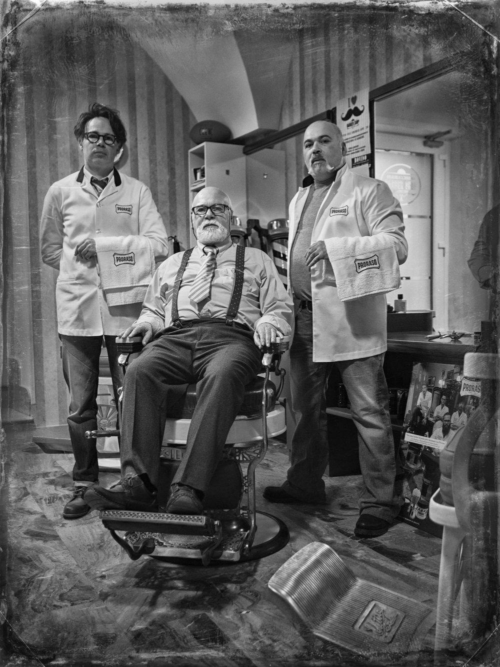 Luigi Scapicchio (IT) – ScheershowHet is een eer om de familie Scapicchio, een van de oudste actieve barbierfamilies in de wereld, te ontvangen op BarberSociety Live. Al vijf generaties lang, sinds 1820, geven zij de kunst van het traditionele Italiaanse scheren door. Mét het ouderwetse klapmes. Zij hebben een unieke werkstijl ontwikkeld die zij demonstreren op BarberSociety Live namens Proraso/Intervoll. -