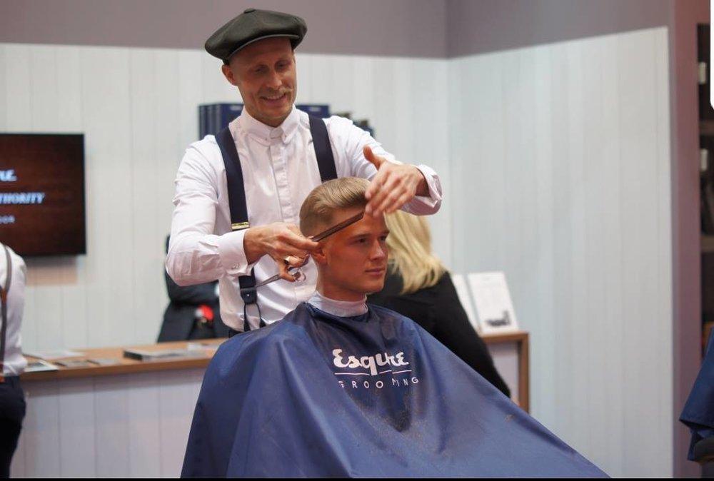 Joost Mulleman (NL)is als 14 jarige al begonnen met knippen door pure interesse in het vakmanschap. Hij reisde de wereld over met kam en schaar op zak om zo het herenambacht tot in de perfectie onder de knie te krijgen. Zijn werk als creative director en trainer bij de Barberschool combineert hij met het wereldwijd geven van shows voor Esquire Grooming. Hij draagt met veel passie en liefde zijn vakmanschap over. Op BarberSociety Live presenteert hij eigentijdse moderne technieken, gecombineerd met de gestructureerde technieken van het old school herenvak.Een gentlemen gevoel met een 'edgy twist'. -