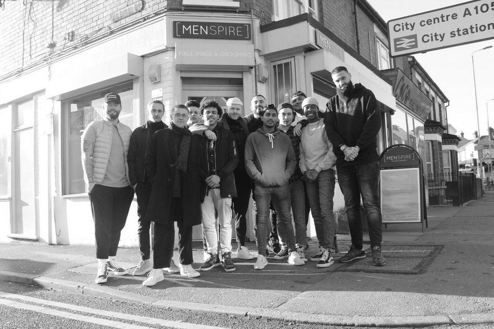 Menspire (UK) MENSPIRE Academy presenteert de revolutionaire overgang tussen het precisie werk van het barbervak en hedendaagse kapsels. Een samensmelting van technische vaardigheden en inzet om de kloof te overbruggen. Tijdens BarberSociety Live vertoont het Menspire-onderwijs team, vertegenwoordigd door Josh Lamonaca, Charlie Gray en Gianni Cardinale zijn vaardigheden. Voor voorpret, check @joshlamonaca-Ma: show -