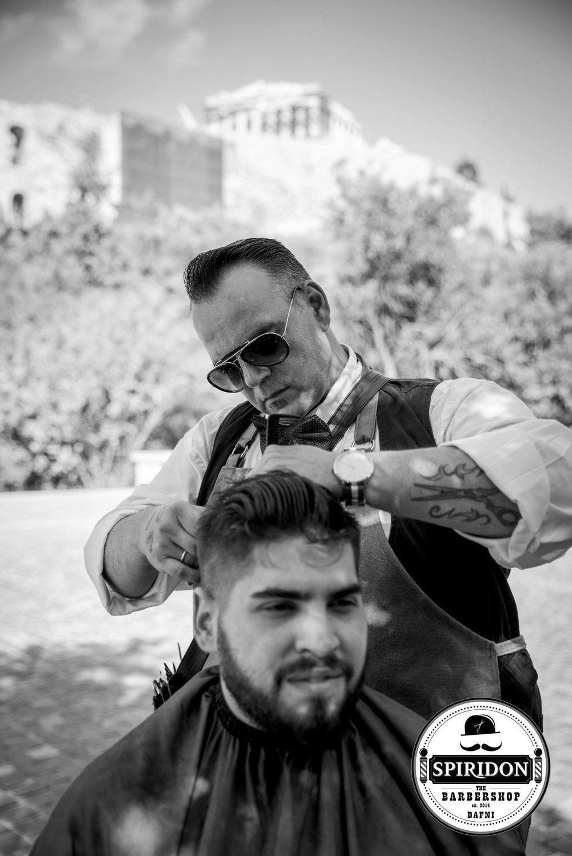 Spiridon Kaparakis (GR)Spiridon Kaparakis, eigenaar van Spiridon - The Barbershop, is dé award-winnende barbier van Griekenland. Hij was de winnaar van de categorie old-school haircuts op de eerste editie van de 'Greek Barber Contest', waar 185 Griekse barbers aan meededen. De afgelopen jaren heeft Spiridon een afwisselend portfolio opgebouwd van kwalitatieve kniptechnieken en aan diverse shows deelgenomen. Spiridon is de eerste internationaal bekende Griekse barbier.-Zo: show, 15m-Ma: show, 15m -