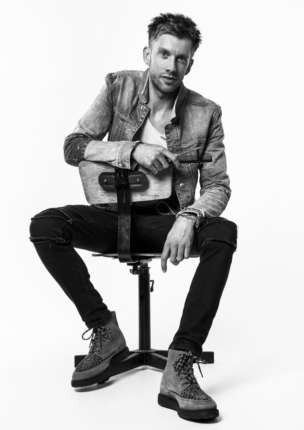 Sam Wall (UK) Sam Wall heeft in Engeland bekendheid gekregen door het winnen van vele 'male grooming awards'. Hij kenmerkt zich door een onderscheidende stijl. Naast zijn backstage werk voor London Fashion Week en London Fashion Week Men, verschijnen zijn creaties in nationale en internationale tijdschriften. Hij heeft zelfs een eigen column in een mode tijdschrift.-Zo: American Crew show-Ma: show, 15m -