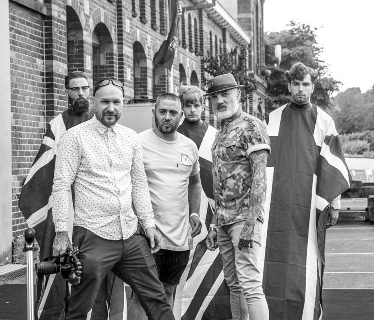 B.O.M.B. Squad (UK)De 'Barbers of Modern Britain' verleggen hun grenzen om nieuwe trends te creëren ter inspiratie van een nieuwe generatie moderne barbers. Dit geweldige en eerste creatieve barber team van Engeland, wordt vertegenwoordigd door de drie zeer getalenteerde barbers:Alan Findlay (Scotland),James Beattie (Wales) enMartin Fox (England).Het streven van de B.O.M.B. Squad is de verdere ontwikkeling van het herenvak door het delen van nieuwe vaardigheden en technieken in combinatie met hun passie en liefde voor 'underground barbering'.-Ma: show -