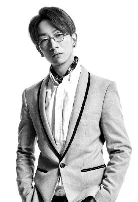 Lok Chan-AHMA (CN/HK)Lok Chan vertegenwoordigt samen met Yen Zip de Asia Hair Masters Association (AHMA).Door het winnen van de Partner Category in Color Zoom Global Challenge 2014, schreef Lok geschiedenis van Color Zoom: de eerste winnaar uit Hong Kong ooit. Met meer dan 10 jaar salon ervaring, specialiseerde Lok zich in innovatieve kniptechnieken en haarkleuring. Hij maakt deel uit van het Goldwell Hong Kong artistieke team en is partner van Red Hill Salon.In 2011 begon hij met het opleiden van toekomstig talent, het geven van seminars en haarshows.-Ma: show -