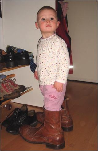 Meine Tochter versucht schon mit einem Jahr, in meine Fußstapfen zu treten. (2007).