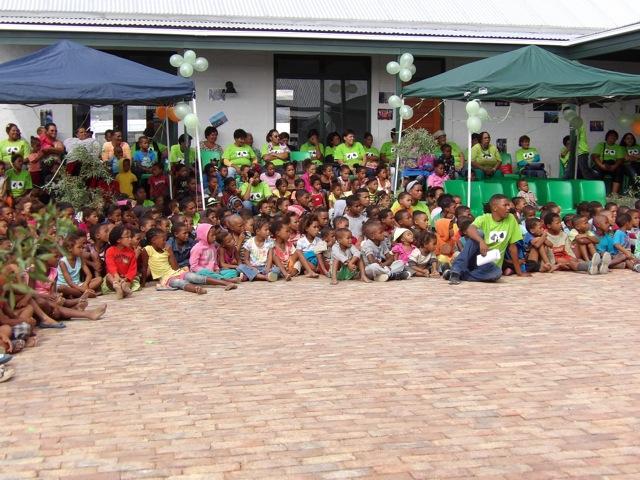 """Das Publikum! Die Kinder - und dahinter die Mitarbeiterinnen - freuen sich über ihr neues """"Zuhause"""" in Prince Albert."""