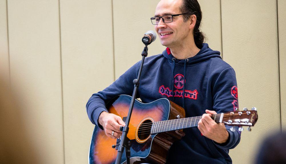 Ich übe im Moment Gitarre wie verrückt - naja, jedenfalls übe ich fast jeden Tag ;)