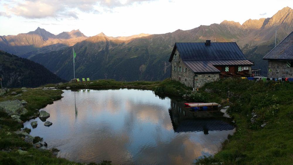 Bis dahin noch ein Bild aus meinem Urlaub - die Friedrichshafener Hütte und ihr See, der die Dusche ersetzt ;)