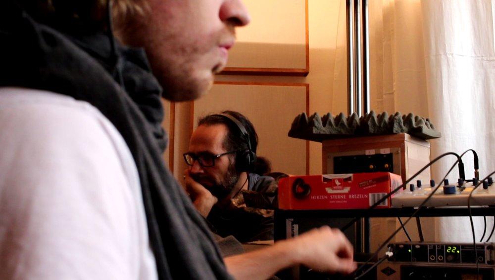 Jan regelt einen Regler, Eddi stützt den nachmittäglich schweren Kopf