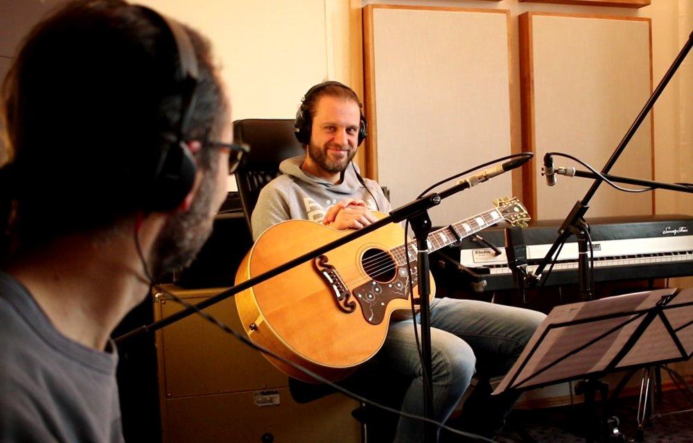 Eddi und Gast-Gitarrist Hardy lauschen über Kopfhörer den aufgenommenen Gitarrenklängen
