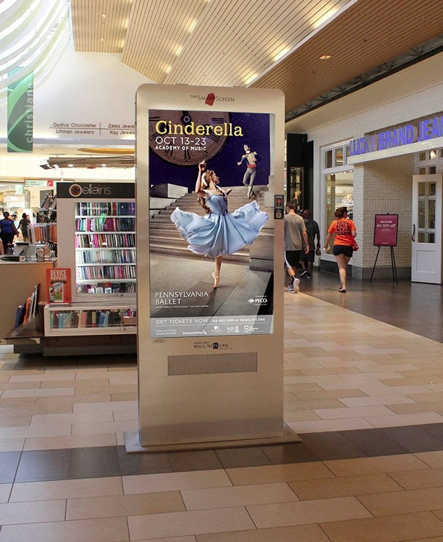 Digitally displayed ad in a shopping mall