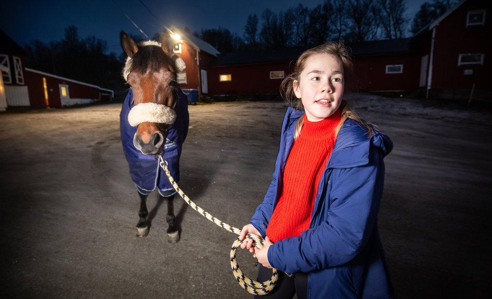MYE TID: Annika tilbringer mellom to og fire timer på rideskolen hver dag.