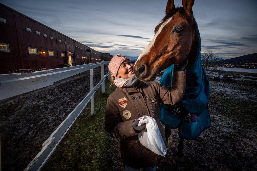 VEDLIKEHOLD: Tromsø Rideskole, her ved daglig leder i Tromsø Ryttersportklubb Veronica Isaksen, holder til på den gamle gården Sandnes. Der har de store utgifter på vedlikehold.