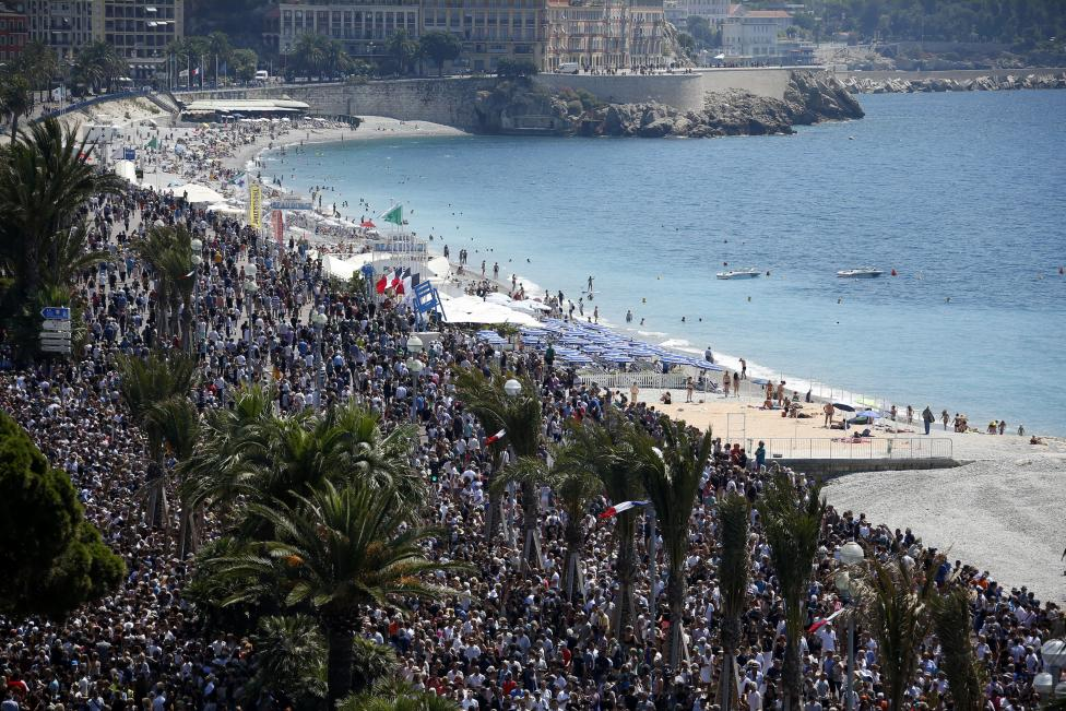 Crowds gather on the Promenade des Anglais in Nice during a minute of silence on the third day of national mourning to pay tribute to the victims of the truck attack there on Bastille Day. (Reuters/Eric Gaillard)