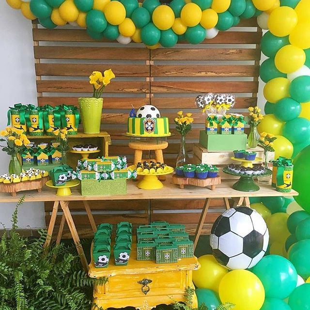 ⚽️World Cup mania is upon us. But don't panic, it can still be cool to like footie especially when you can create stunning themed parties like this. What a great party inspiration for a boys or girls football party. Created by clever @decoreminhafesta