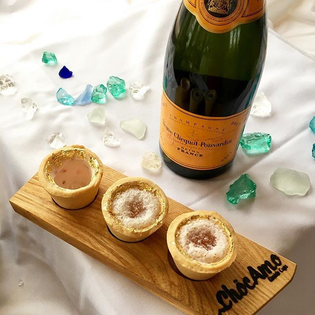 Poppin' Champagne - Pair with a 24K Rose Gold Cookie Cup Add a dash of Veuve Clicquot Ponsardin for another toasting option when the clock hits midnight!