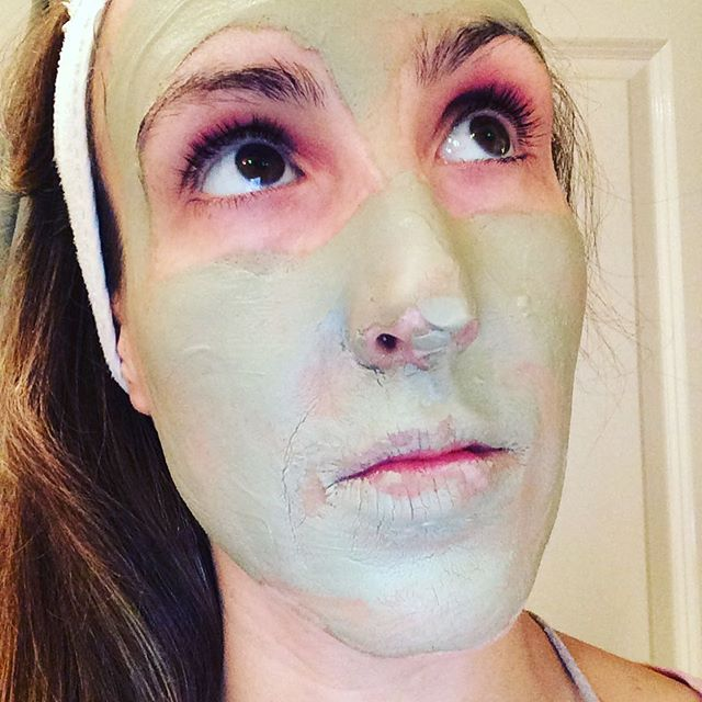 Self care Sunday and a apple cider vinegar 🍎 + Indian healing clay 💚 face and body mask #tryit #cantmovemyface #selflove #selfstudy
