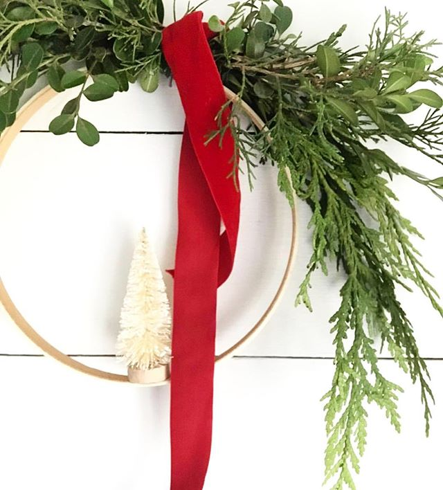 Heading to a holiday party this weekend? These bottlebrush wreaths from @ehblooms make the perfect hostess/host gift! And the best part? They are only $16 - that's cheaper than a bottle of 🍷 and so much prettier. 😍 They also make lovely teacher gifts!  #ffinds