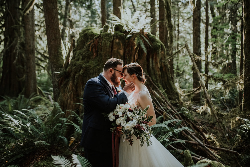 sydney + dylan - this texas couple invited their closest loved ones to an intimate washington wedding in the woods