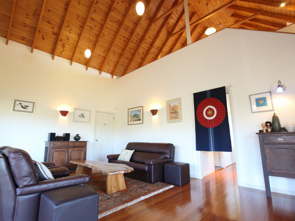 TheArtist-Cottage-Lounge-b.jpg