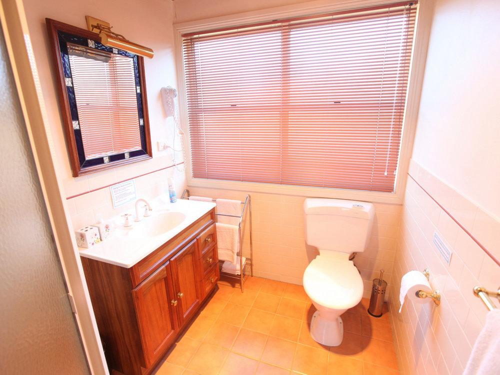 TheArtist-Cottage-Bathroom.jpg