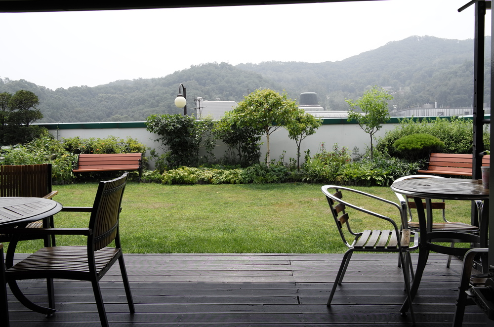 어떤 이는전화 통화를 하고, 누구는 생각을 하고, 꽃 사진을 찍거나 커피를 마시는 그런 모든 게 가능한 옥상정원.