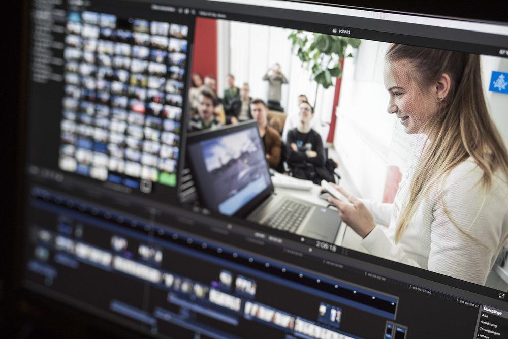 Der Film wird aus dem Rohmaterial zusammengeschnitten und auf einem farbkalibrierten Bildschirm gegraded.