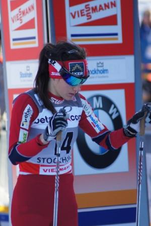 Heidi Weng i dyp konsentrasjon før et løp, og spent forberedelse til intervjuene etterpå. Foto:  Sandrine ,  Flickr . CC-BY-NC-2.0.