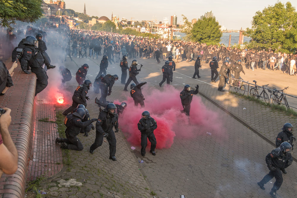Welcome to Hell Polizei jagdt unkoordiniert Demonstranten.jpg