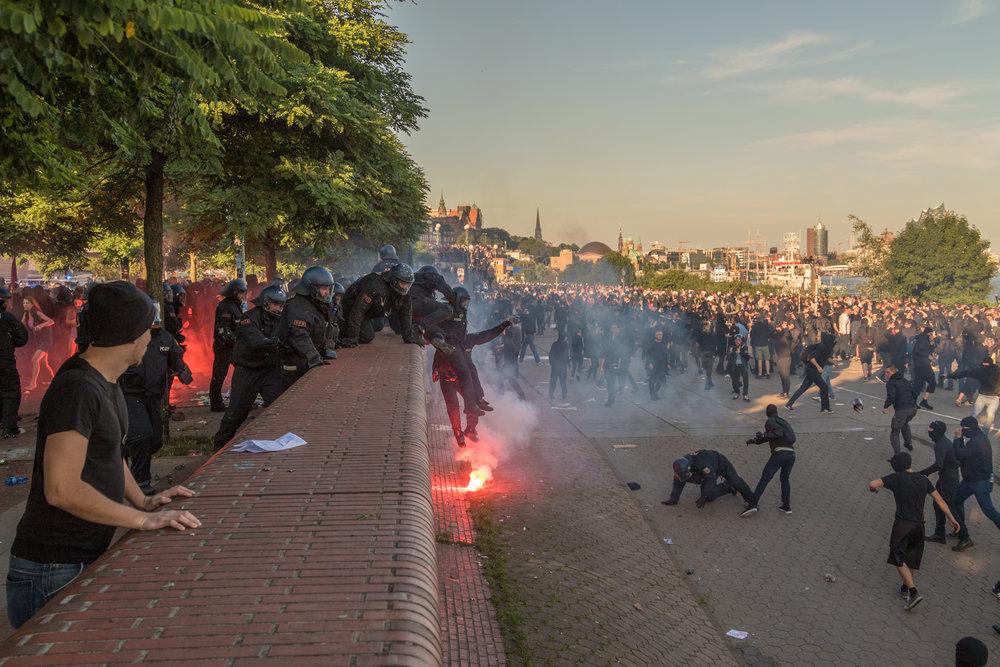 Welcome to Hell Polizei springt über Mauer.jpg